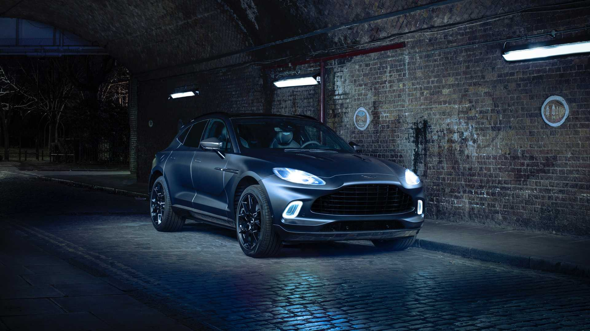 Aston Martin DBX Q en las calles nocturnas