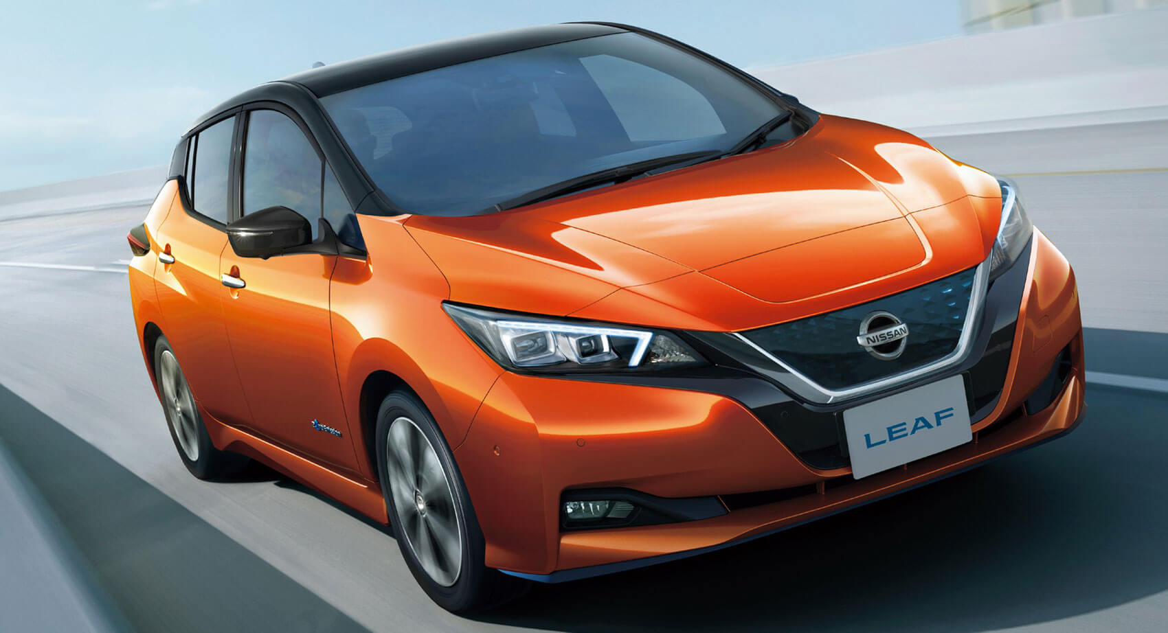 Nissan Leaf 2020 naranja en la carretera