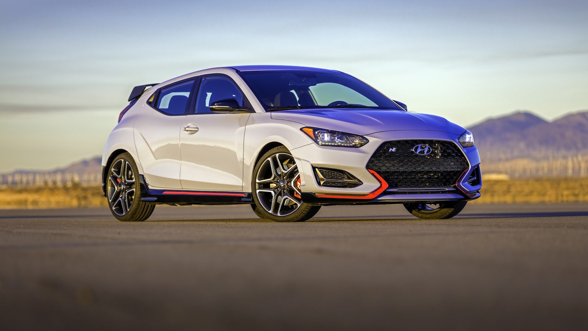 Hyundai Veloster N 2020 en el atardecer