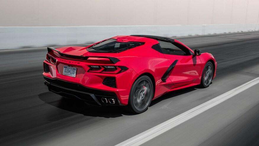 Corvette C8 de motor central rojo corriendo por la carretera
