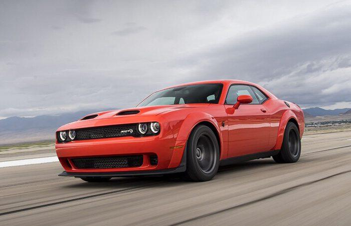 Dodge Challenger SRT Super Stock rojo en el desierto